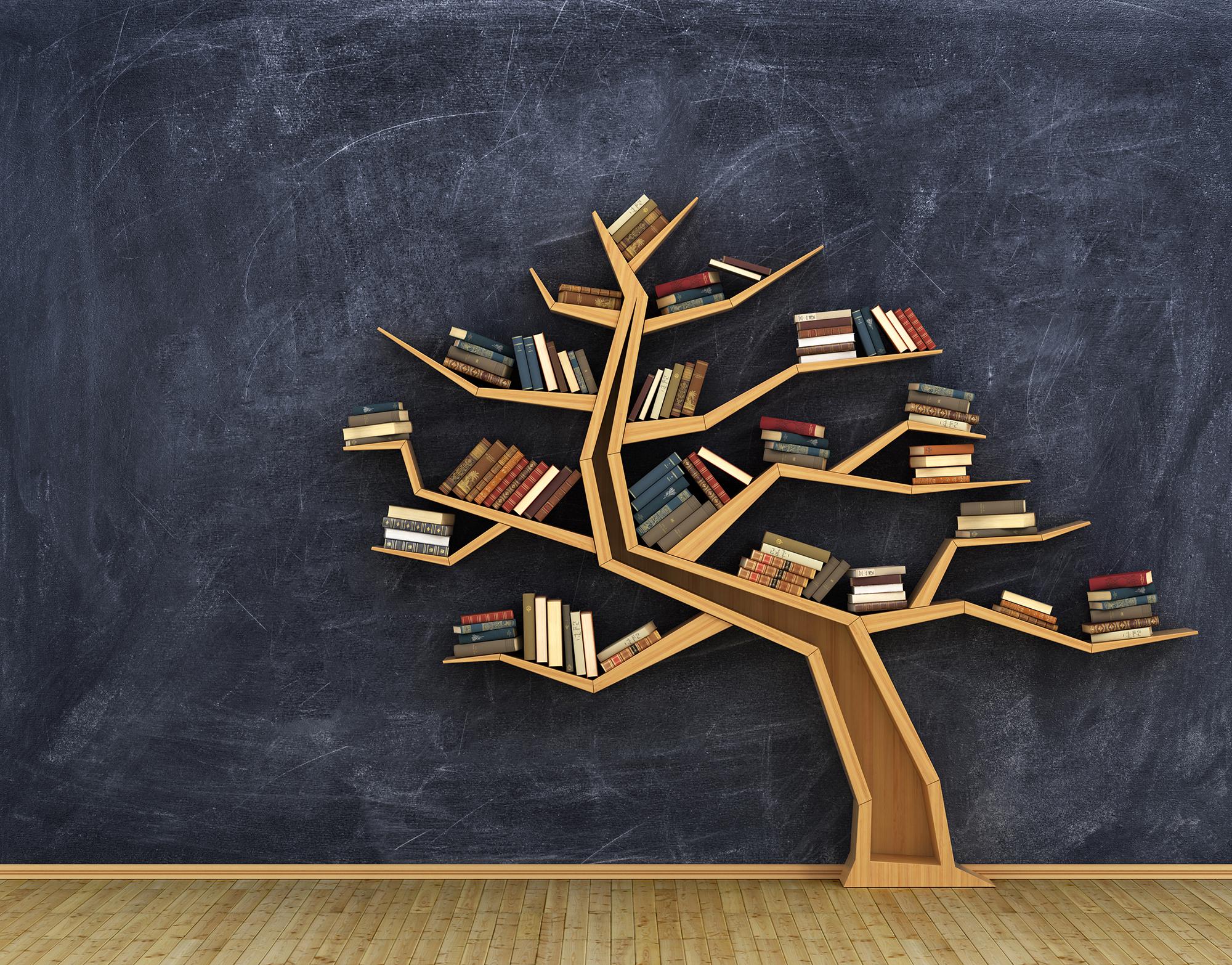 """Prateleira de livros em forma de árvore com vários livros em seus """"galhos""""."""