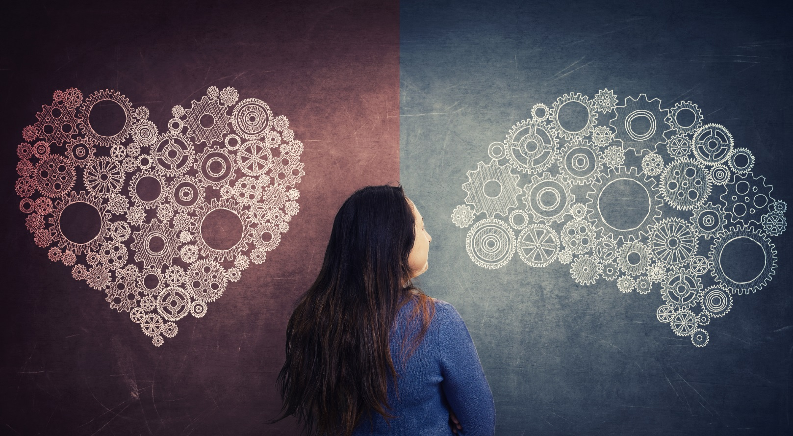 Mulher ao centro olhando para uma parede divida entre coração ao lado esquerdo e cérebro do lado direito